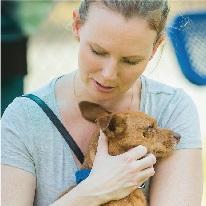 Foto de una mujer con un perro en brazos